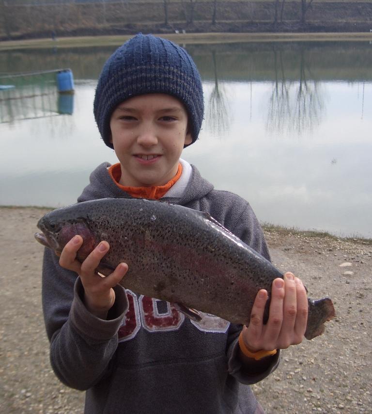 Bella cattura per giovane pescatore