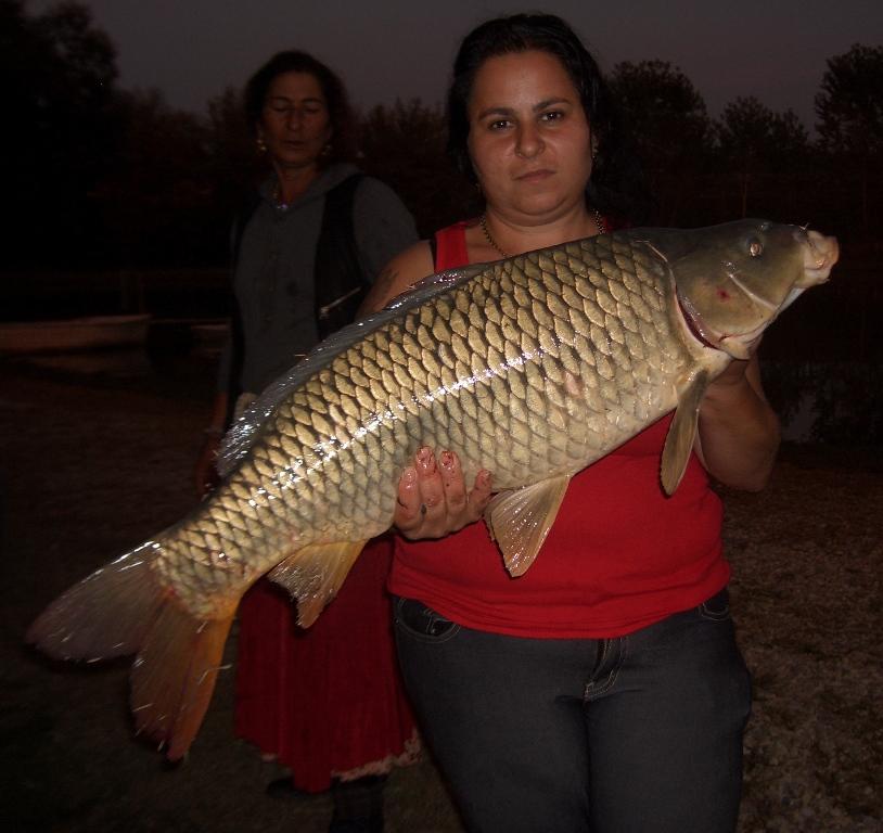 Diana posa con carpona pescata da Zahida